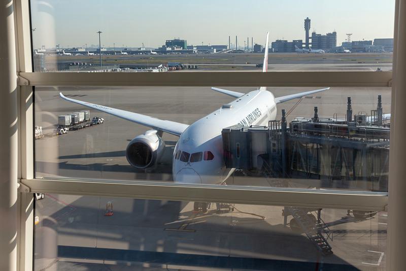 出発を待つ、羽田発、広州行きのJL87便。使用機材はボーイング 787-8型機