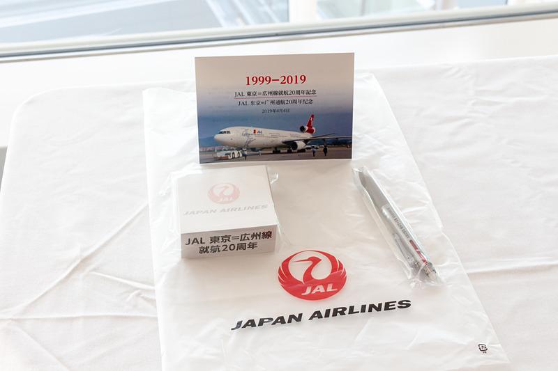 乗客にはポストカードやボールペン、メモ帳などが入った記念品が手渡され、植木会長も並んで乗客を見送った