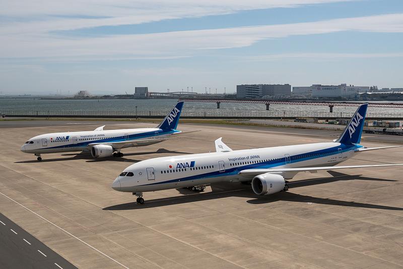 ボーイング 787-10型機(手前)と787-8型機(奥)。同じ787型機だが、サイズの違いは歴然としている