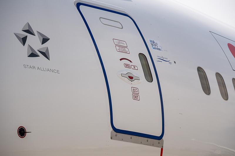 「ANA Wi-Fi Service 2」のシールがドア脇に貼られている