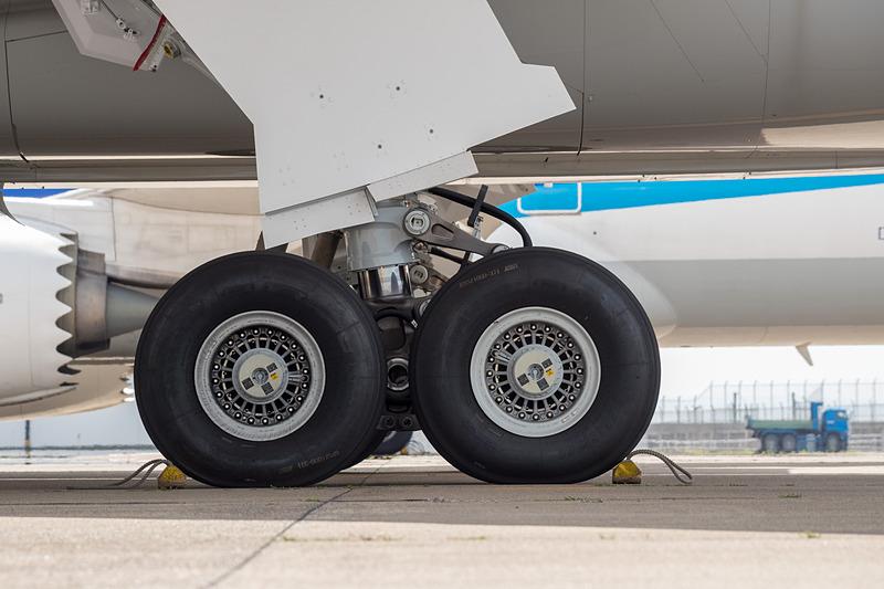 メインギア。エアバス A350とは異なり長胴型でもタイヤの数は同じ