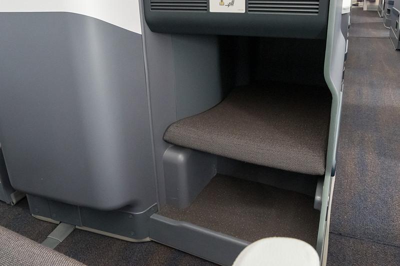 フットレスト(上段)とシューケース(下段)。フットレストはフルフラット時にシートと水平につながる