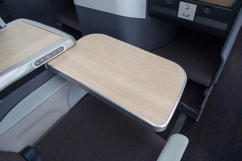 サイドテーブルの下に収納されているシートテーブル