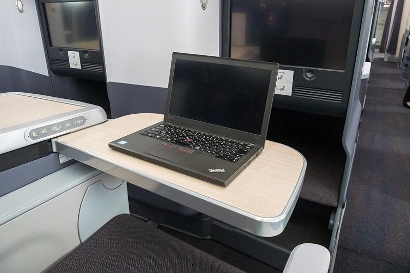 12.5型ノートPCを置いた状態のイメージ