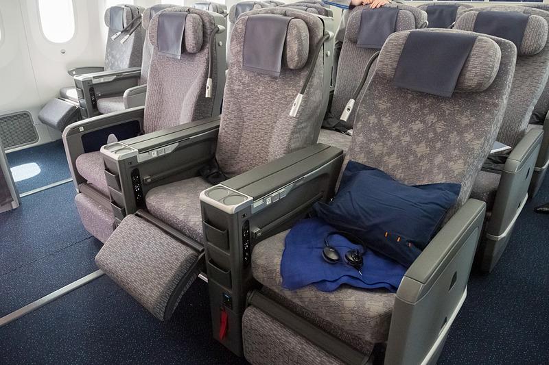 レッグレストの装備が大きな特徴。2列目以降はフットレストも装備。ファブリックも座席ごとに柄が異なる