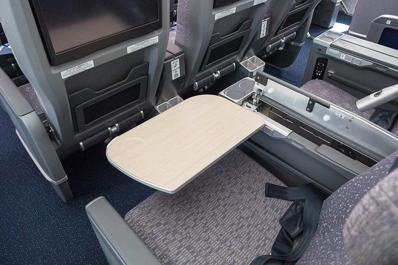 シートテーブルはアームレストに収納されている。このまま90度回転することもできる