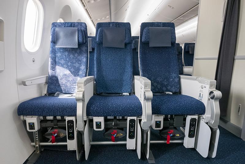 最前方席。この席のみシートモニターが11.6インチとなり、機内エンタメのコントローラやAC&USB電源を足下に備える