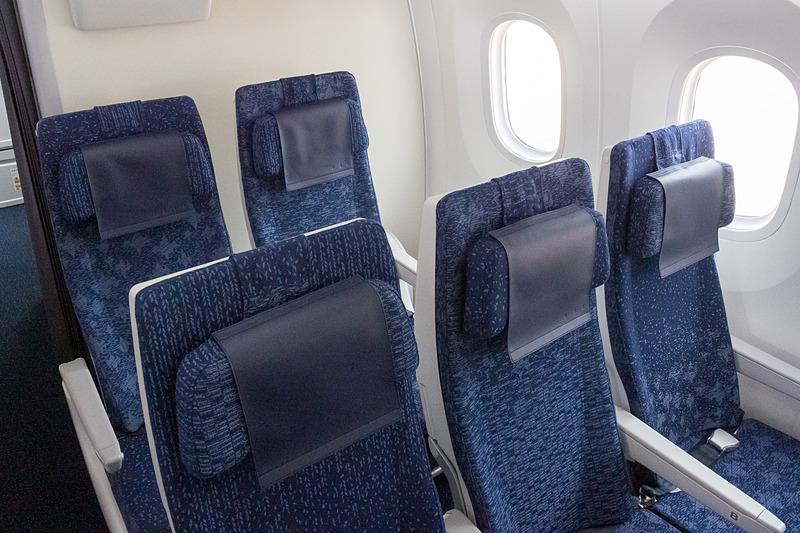 最後方の47列目のみ、両サイドが2席のシート(2-3-2)配置となる