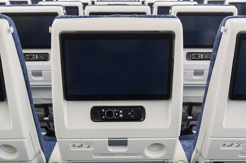 前方席の背もたれに13.3インチのシートモニターや機内エンタメのコントローラ