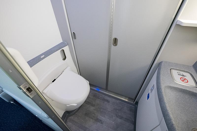 ラバトリーは機内9か所で、1か所のみ車いす対応。全ラバトリーが温水洗浄便座を備える