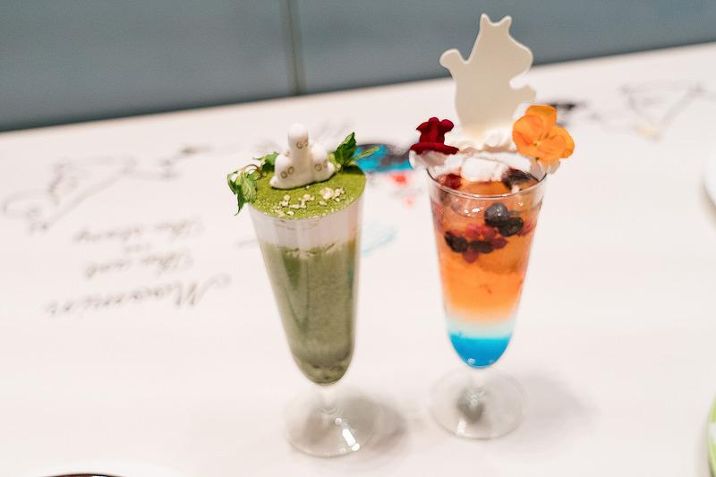 ニョロニョロの抹茶タピオカドリンク(1250円)(左)と、ムーミンお散歩ソーダ(1100円)(右)