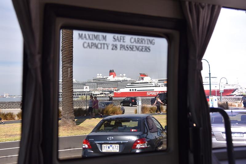 車窓の向こう側に「クイーン・エリザベス」と「Spirit of Tasmania」が見えてきた
