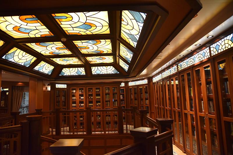 螺旋階段を上ると本棚とステンドグラスが見えてくる