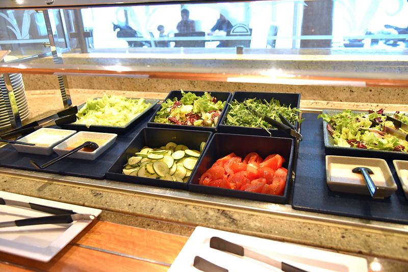 サラダ類の多さも魅力。船旅での野菜不足を防止