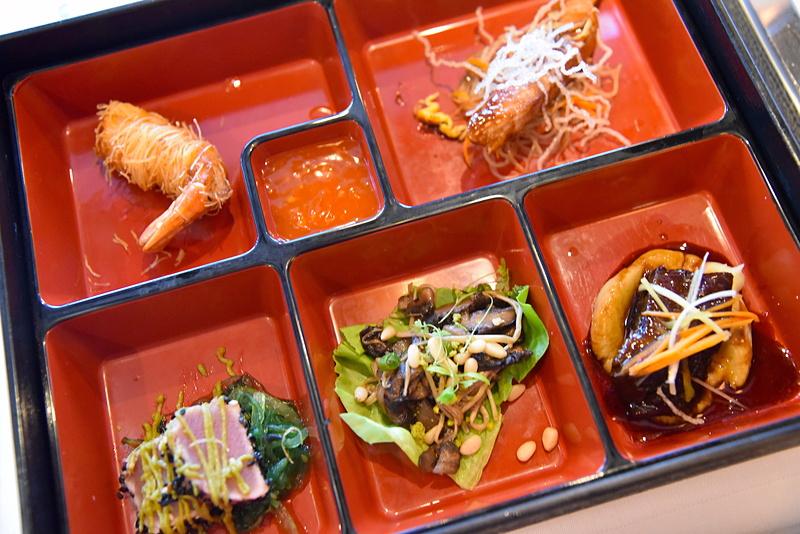 前菜はお弁当箱に入った日本人には馴染みのあるビジュアル