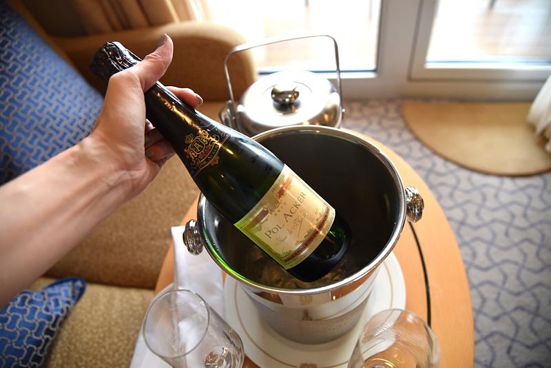 ハーフサイズのスパークリングワインは「POL ACKER」