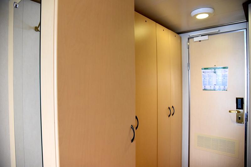 部屋の入り口から片側3列がクローゼットとなる