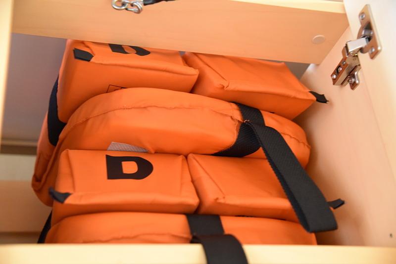 出航前の避難訓練で使う救命胴衣は上段にある