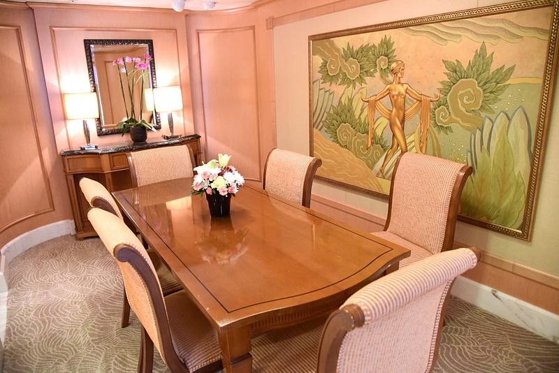 ダイニングには家族と客人が座れる広さのテーブルと椅子