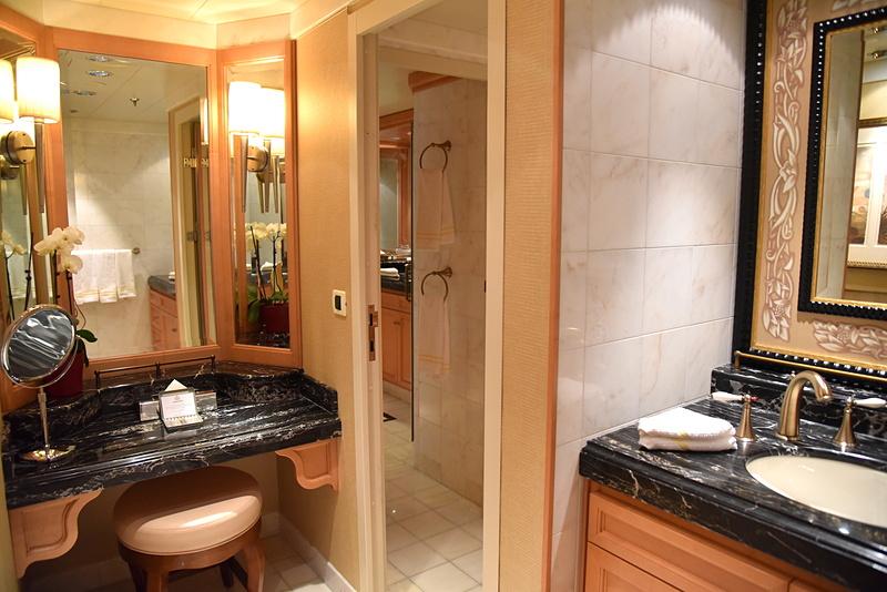 鏡台とともに2つの洗面台も
