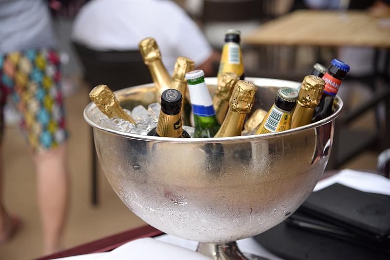 出航のためにアルコール類の準備がされていた