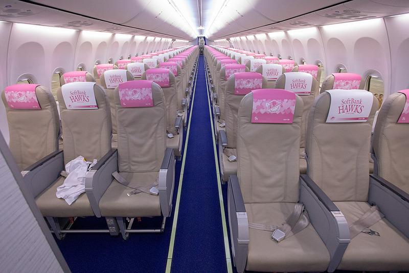 タカガールジェットの機内。搭乗・降機時には福岡ソフトバンクホークスの応援歌が流れる