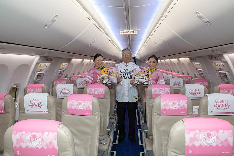 CA(客室乗務員)は機内サービスなどではタカガールのユニフォームを着用する(機内の状況に合わせて異なる場合がある)