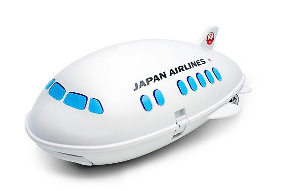 飛行機を模した子供向けのキャリーケースで、白いボディにJALのロゴマークを配している