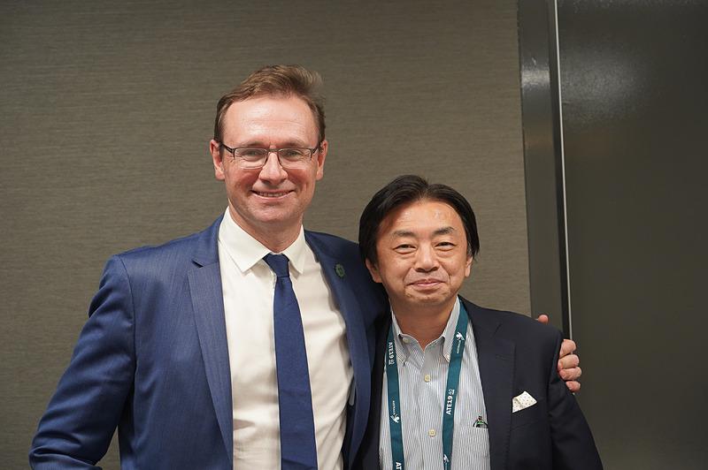 オーストラリア政府観光局 本局 局長 ジョン・オサリバン氏(左)と日本局長 中沢祥行氏(右)
