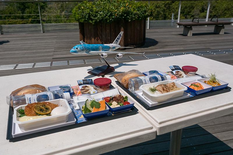 エアバス A380型機「FLYING HONU」就航に合わせて提供を開始するANAとbillsのコラボレーション機内食。エコノミークラスで提供