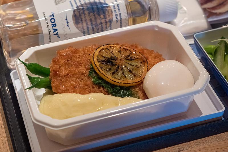 ポークシュニッツェル-マッシュポテト、ポーチドエッグ、パセリとケッパーバターを添えて