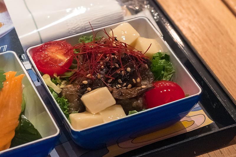 味噌でマリネした茄子のソテー、ケールとレタス、トマト、豆腐のサラダ