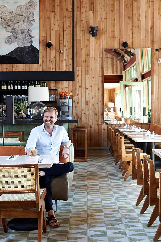 bills Waikiki。写真右がレストランターのビル・グレンジャー氏 (C)Mikkel Vang