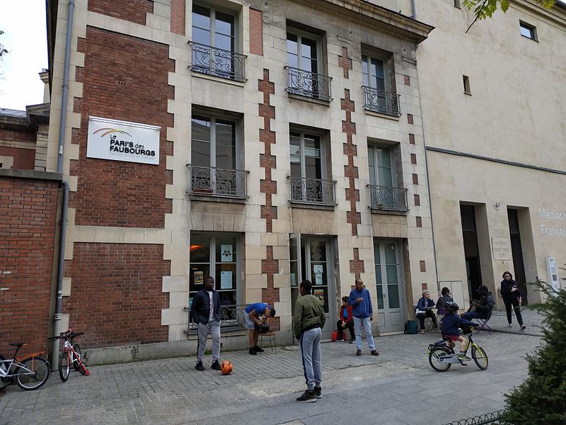 """今回の会場は以前ご紹介した図書館、Médiathèque Françoise Sagan(フランソワ・サガン・メディアセンター、関連記事「<a href=""""https://travel.watch.impress.co.jp/docs/series/araki/1091309.html"""" class=""""n"""" target=""""_blank"""">パリのお気に入り図書館</a>」の隣でした"""