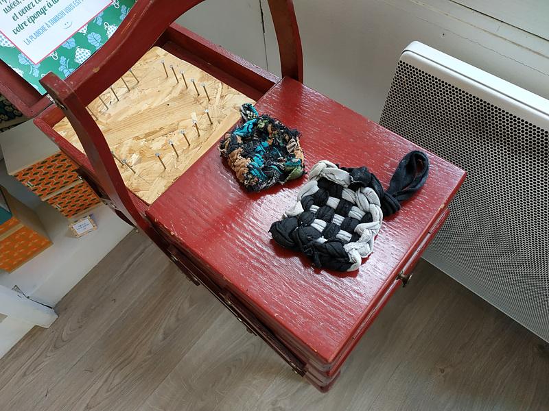 不要になった靴下などを組み合わせて作る「エコたわし」。この釘を打った台を使って作るそう。材料を自分で持ち込めば、いつでも使い方を無料で教えてくれるそうです