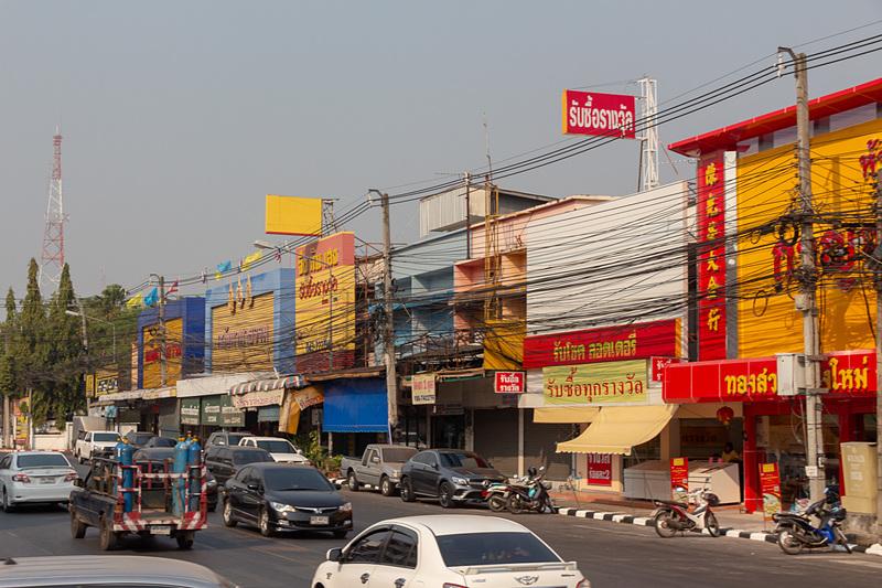 街中はタイの地方都市といった感じで主要道路沿いには商店などが立ち並ぶが、少し郊外に出ると水田や畑といったのどかな田園風景が広がる