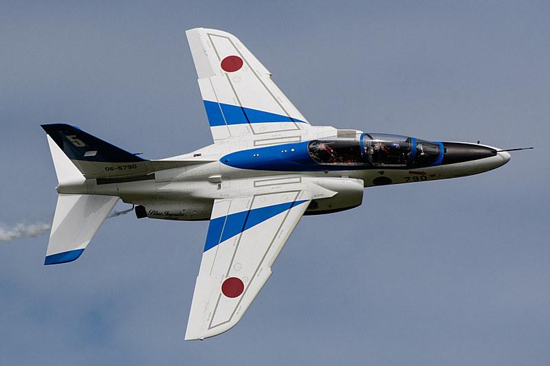 航空自衛隊は、T-4の機体(エンジン)の不具合に伴う対策のため、T-4を使用するブルーインパルスについて、当面の間、展示飛行を中止することを発表した