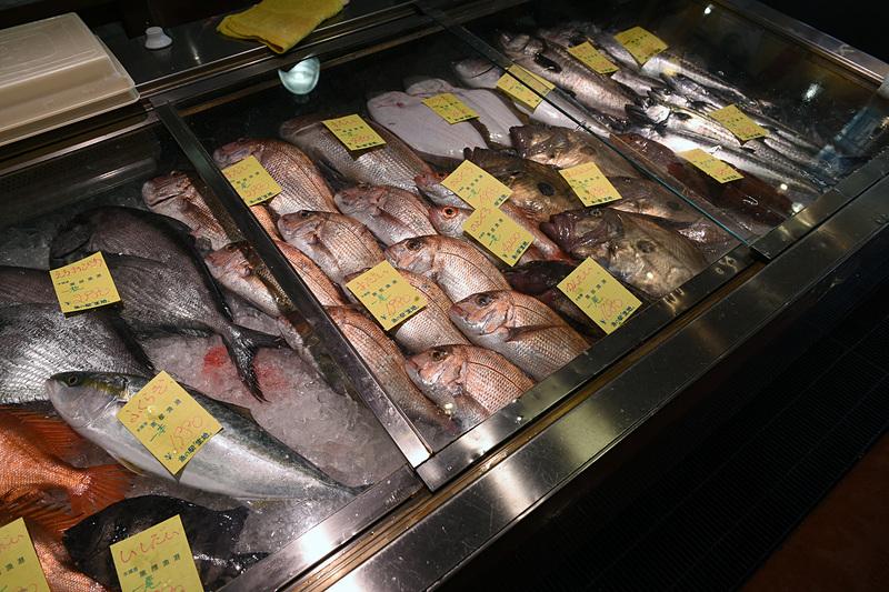 魚の駅 生地では黒部漁港で獲れた新鮮な鮮魚や海産物加工品を販売。取材当日は立派なベニズワイガニは1パイ800円から。ホンズワイ、フクラギ(ブリの小型魚)、マダイ、カンダイ、マトウダイ、ホウボウ、サゴシ、スズキ、ヒラマサ、イシダイ、チカメダイ、クロソイ、ケガニ、イシモチ、ヒラメ、ウスメバル、ウッカリカサゴなどが並んでいた