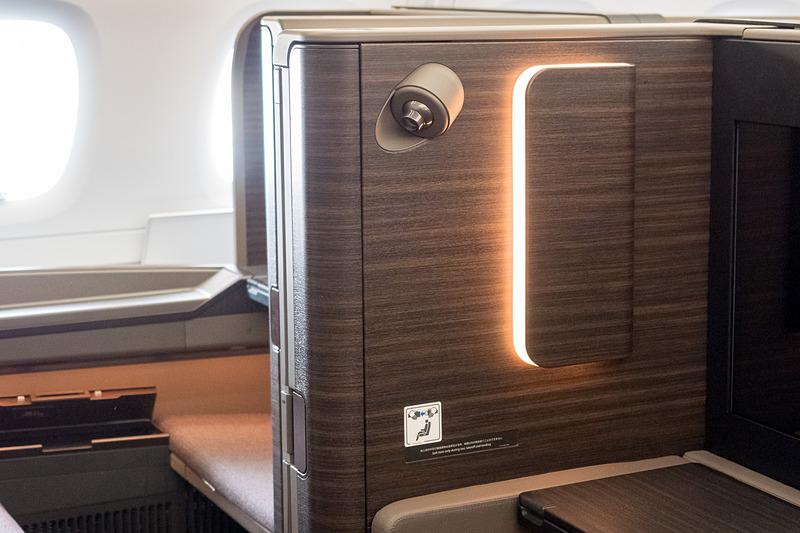 扉の近くには食事のときにテーブルを照らす「食事灯」