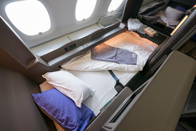 ベッド状態。窓側にある収納ボックスの様子も分かる