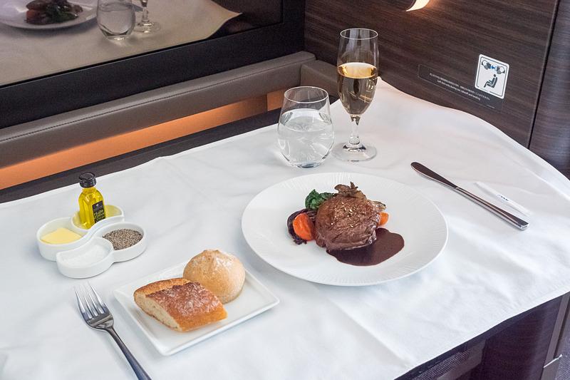 ホノルル発便の洋食には、フォーシーズンズ・ホテルズ&リゾーツ(Four Seasons Resort Oahu at Ko Olina)内のイタリアンレストラン「Noe」とのコラボメニューを提供