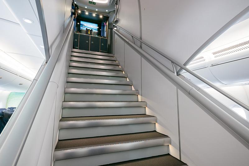 成田空港、ホノルルのダニエル・K・イノウエ国際空港ともに基本的には2階席直結のPBB(搭乗橋)を備えるスポットを使用する。その場合は2階のドアから出入りする。ただ、オープンスポットなどに駐機した場合は、1階席最前方から出入りすることになる。ファーストクラスへ向かう階段はその入り口すぐの場所にある
