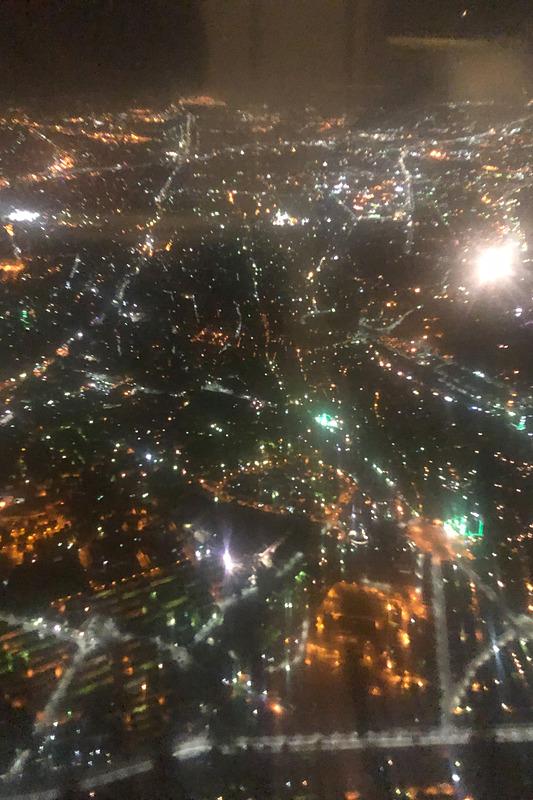 カイロ市街が見えてきたが、現地は深夜4時なので真っ暗