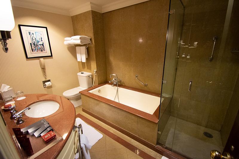 浴室はシャワーブースと浴槽が別。奥にトイレがある