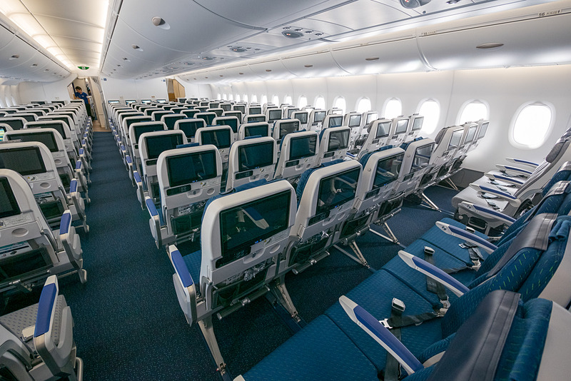 2種類/2色のファブリックを利用したシート。機体の大きさとシート色の相乗効果もあって客室がかなり広く感じられる