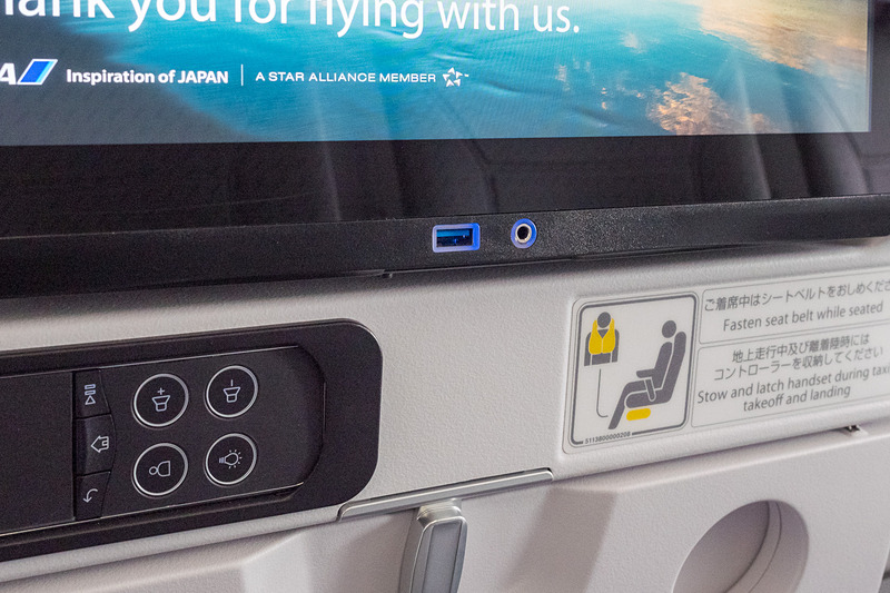 通常席はUSB充電ポートをシートモニター直下に備える