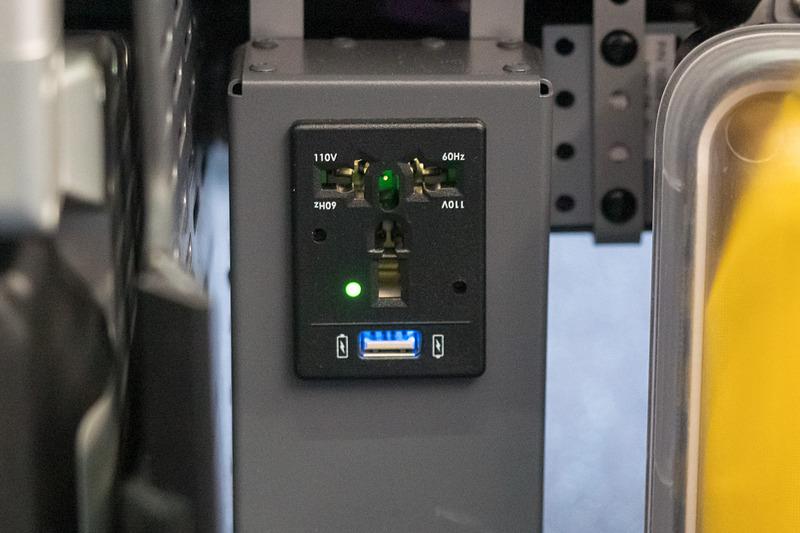 最前列席はユニバーサルACコンセントとUSB充電ポートが一体化したユニットを装備