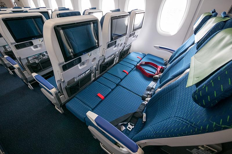 レッグレストの状態。窓側席は窓とシートの隙間に座面が伸びており機体形状に伴って生じる空間をうまく埋めている