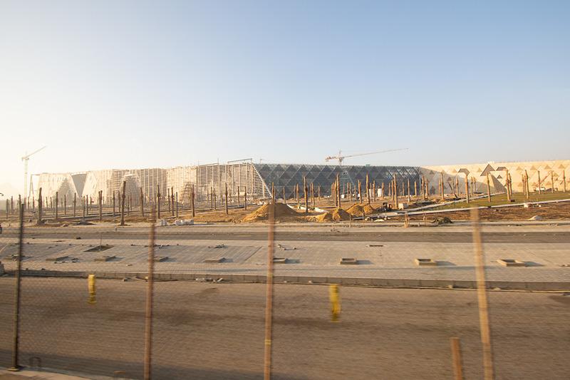 行きがてら「大エジプト博物館(GEM:Grand Egyptian Museum)」の建築現場が見えた