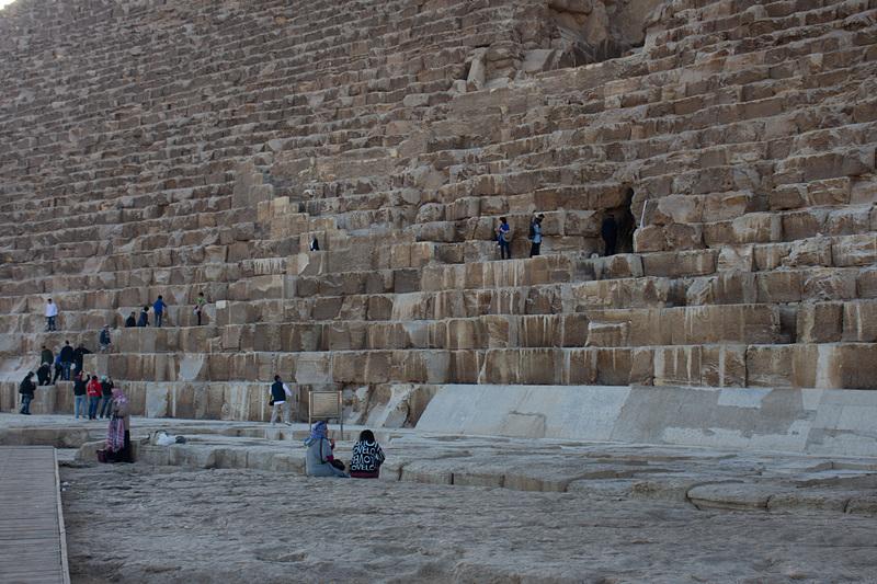 朝一番に訪れたこともあって、冷涼な空気のなか次第にピラミッドへ近づいていくのが厳かな気分にしてくれる